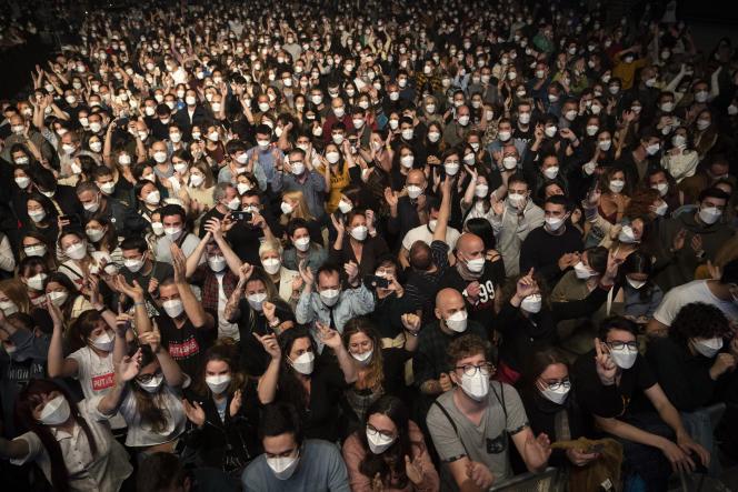 L'expérimentation du groupe Love of Lesbian à Barcelone avait réuni 5 000 spectateurs, qui ont dansé masqués mais sans distance, à Barcelone, le27 mars 2021.
