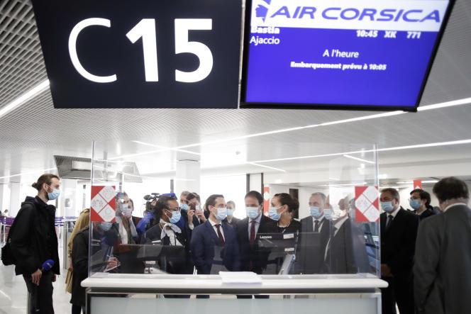 Le ministre des transports, Jean-Baptiste Djebbari, et le secrétaire d'Etat au numérique, Cédric O, à l'aéroport d'Orly, le 27 avril 2021.