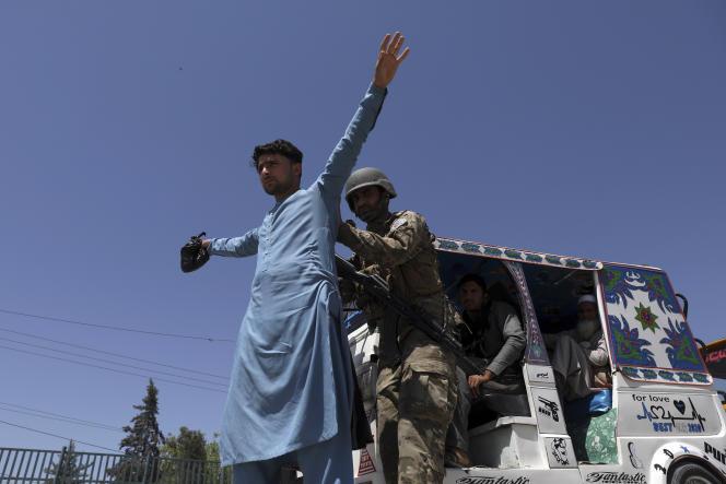 La police de sécurité afghane fouille un homme à un point de contrôle, à Jalalabad, mercredi 21 avril 2021.
