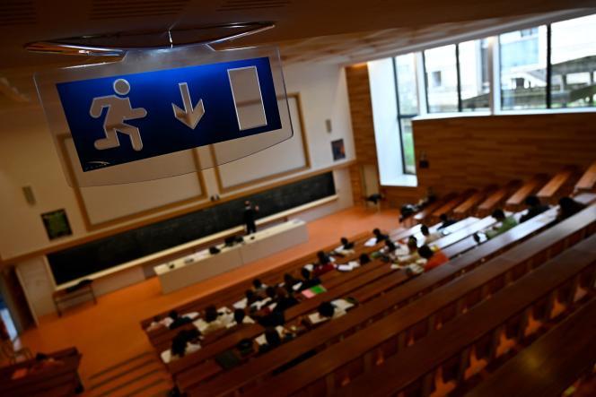 Des étudiants de l'université de Rennes-1, lors d'une conférence de physique supervisée à Rennes, le 4 janvier 2021.