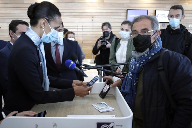 Un voyageur montre les résultats de ses tests de dépistage contre le Covid-19 sur son téléphone à l'aéroport de Paris-Orly, le 27 avril.