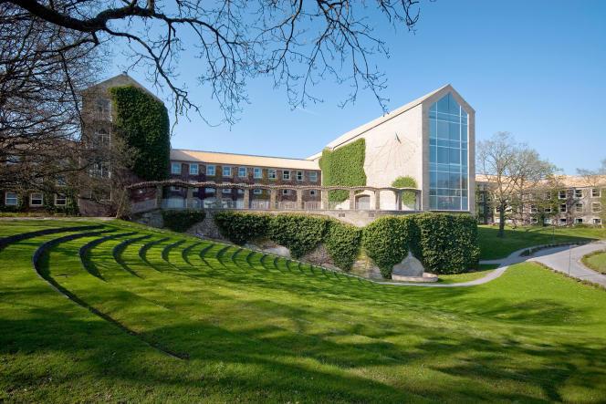 L'université d'Aarhus, inaugurée en1933, a été conçue par les architectes Kay Fisker, C.F.Moller et Povl Stegmann, au Danemark.