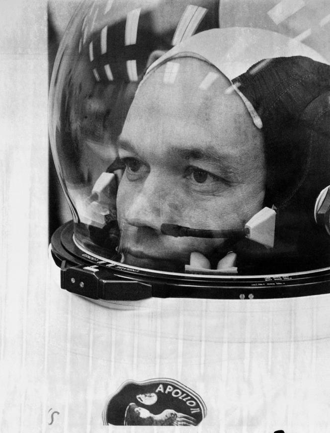 Michael Collins, aquí en julio de 1969, al abordar el Apollo 11.