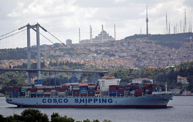 Le Cosco Shipping Danube, un porte-conteneurs de la China Ocean Shipping Company, navigue dans le Bosphore, en direction de la mer Méditerranée, à Istanbul, en Turquie, le 11 août 2018.