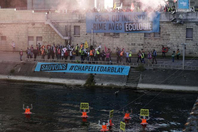 Des manifestants syndicaux et associatifs devant le ministère de l'économie, le 28 avril 2021, pour soutenir les salariés de l'usine de recyclage de papier Chapelle-Darblay (Seine-Maritime).