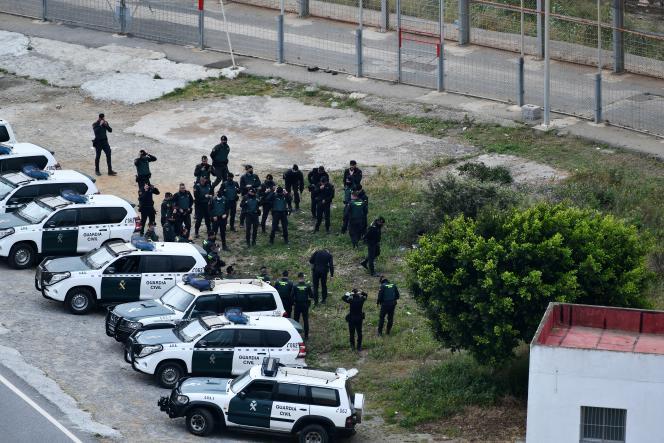 Des membres de la garde civile espagnole dans l'enclave de Ceuta, le 13avril 2021.