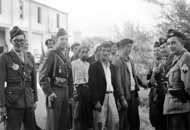 Des soldats français en opération de nettoyage en Algérie, dans la région de l'Aurès, procèdent à l'arrestation de suspects le 3 novembre 1954, à la suite des premiers attentats de la «Toussaint rouge»perpétrés par les combattants de ce qui deviendra le FLN (Front de libération nationale) au début de la guerre d'Algérie.