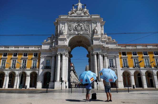 Des guides touristiques, place du Commerce à Lisbonne (Portugal), en juillet 2020.
