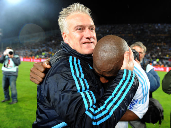 Didier Deschamps fête le titre de champion de France avec le défenseur Stéphane Mbia, le 5 mai 2010, au Stade-Vélodrome, à Marseille.