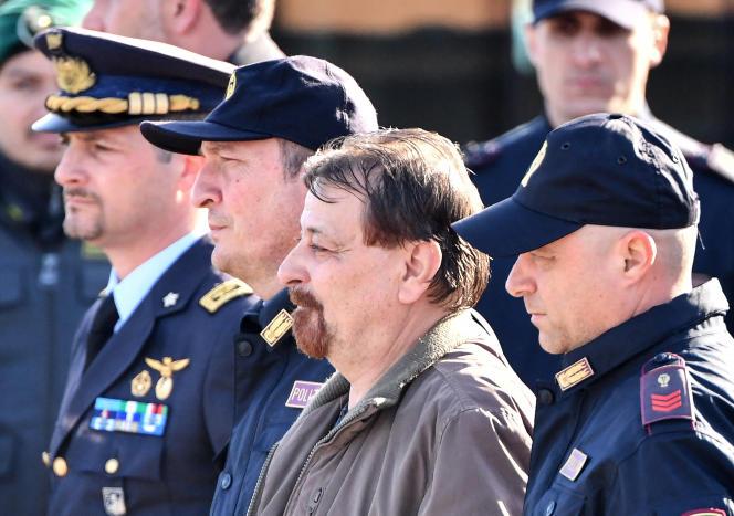 L'ancien militant des Prolétaires armés pour le communisme, Cesare Battisti, est escorté à destination de la prison Rebbibia de Rome, après son atterrissage dans la capitale italienne, le 14 janvier 2019.