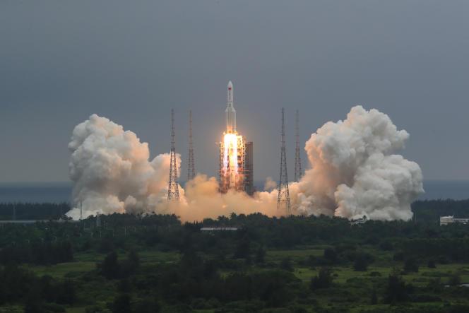 Décollage de la fusée Longue-Marche 5B au centre de lancement de Wenchang, sur l'île tropicale de Hainan, jeudi 28 avril.