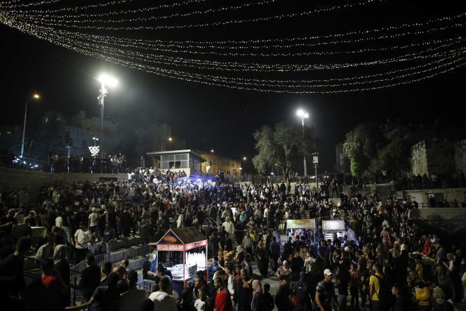 Παλαιστίνιοι διαδηλωτές συγκεντρώνονται έξω από την Πύλη της Δαμασκού στην Παλιά Πόλη της Ιερουσαλήμ στις 29 Απριλίου.
