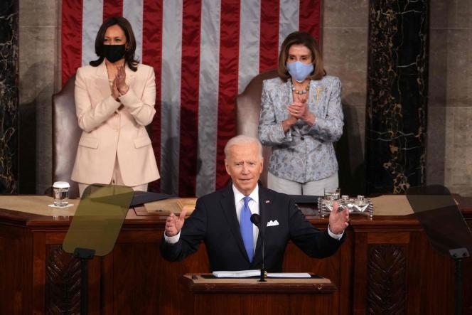 Joe Biden lors de son discours devant le Congrès, à Washington, mercredi 28 avril. En soutien du président américain, sa vice-présidente Kamala Harris (à gauche) et la présidente de la Chambre des représentants Nancy Pelosi.