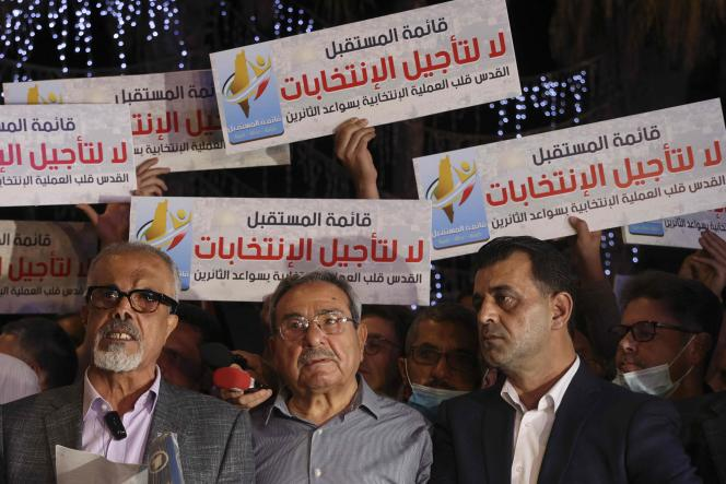 Οι Παλαιστίνιοι διαδηλώνουν στις 29 Απριλίου στην κεντρική Ραμάλα, στην κατεχόμενη Δυτική Όχθη, ενάντια σε οποιαδήποτε αναβολή των παλαιστινιακών κοινοβουλευτικών και προεδρικών εκλογών.