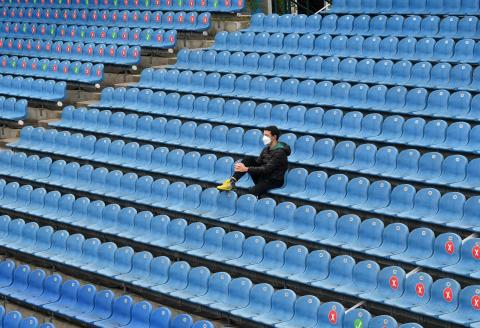 A team member follows a match next to empty spectator places at the center court tennis stadium of the ATP Tennis BMW Open in Munich, southern Germany, on April 29, 2021. / AFP / Christof STACHE