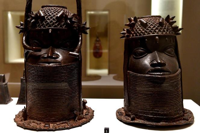 Têtes royales en bronze de l'ancien royaume du Bénin, dans le sud de l'actuel Nigeria, de la fin du XVIIIe siècle au musée du quai Branly-Jacques Chirac à Paris, en mai 2018.