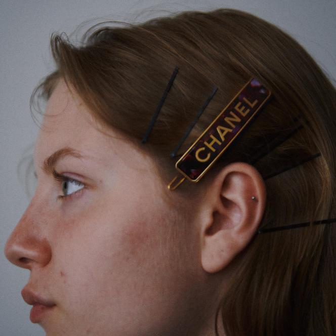 Barrette en métal et résine, Chanel, 610€.