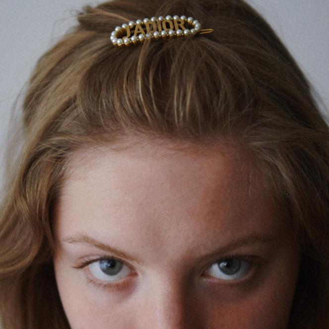 Barrette J'Adior, en métal vieilli finition dorée et perles en résine blanche, Dior, 350€.