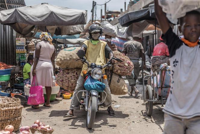 Un taxi-moto transporte des sacs d'oignons au marché Dantokpa, le plus grand marché en plein air d'Afrique de l'Ouest, à Cotonou, au Bénin, le 20 avril 2020.