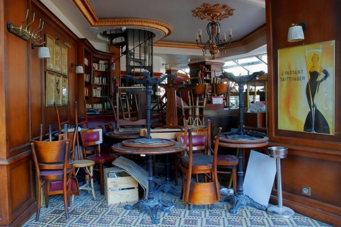 Een restaurant in Parijs is op 27 april 2020 gesloten. Vanaf juni zullen alle etablissementen die gedeeltelijk zijn heropend kunnen profiteren van het Solidariteitsfonds.