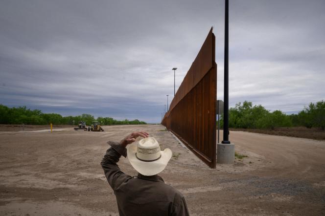 Sebagian tembok dibangun pada 28 Maret di Texas di perbatasan dengan Meksiko.