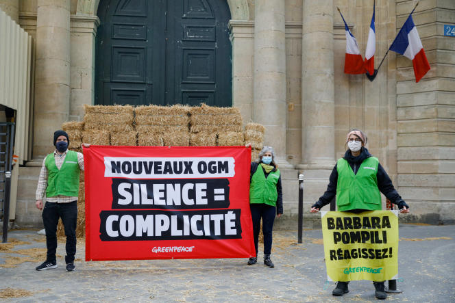 Des membres de l'organisation Greenpeace France ont installé un mur de paille devant le ministère français de la transition écologique, à Paris, le 26 avril 2021, pour réclamer une réglementation stricte et unique de tous les nouveaux OGM.
