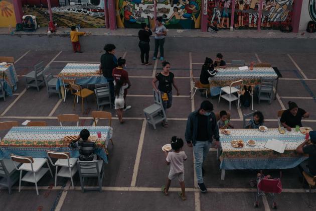 La cour du refuge pour migrants Cafemin, à Mexico, utilisée pour les repas et les ateliers.
