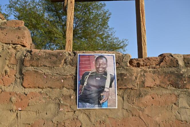 Portrait d'Adoussema Balam dans une rue de N'Djamena, tué par les forces de l'ordre lors d'une manifestation contre le Conseil militaire de transition, dans la capitale tchadienne, le 27 avril 2021.