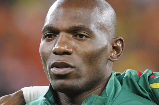 Le défenseur camerounais Geremi Njitap avant le match du premier tour du groupe E lors de la Coupe du monde de football 2010 entre les Pays-Bas et le Cameroun, le 24 juin 2010, au stade Green Point du Cap, en Afrique du Sud.
