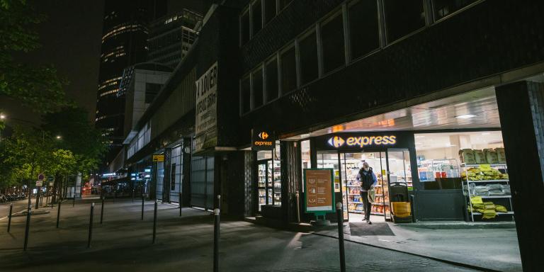 Paris, le14 avril 2021. Station service de Montparnasse, une des seules ouvertes à Paris la nuit. Ici il y a une supérette, qui devient l'un des seuls lieux où faire ses courses nocturnes.