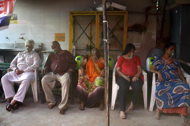 Des patients atteints du Covid-19 reçoivent de l'oxygène devant un lieu de culte sikh, à New Delhi, en Inde, le samedi 1er mai.