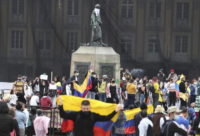 Des manifestants célébrent le retrait de la réforme fiscale du président colombien, Ivan Duque, place Bolivar à Bogota, le 2 mai.