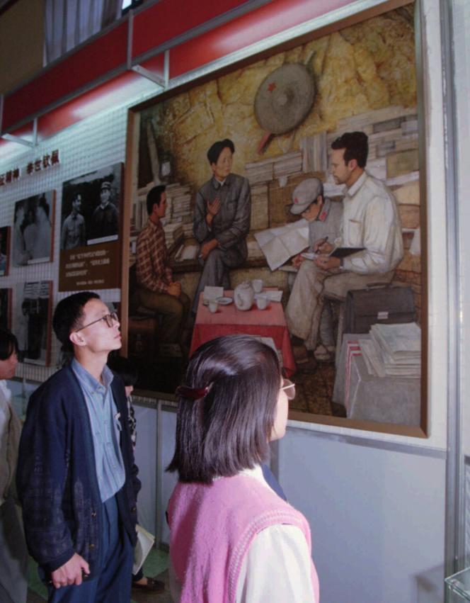 A Pékin, en 1996, devant une peinture représentant l'ancien président chinois,Mao Zedong, interviewé par le journaliste américain Edgar Snow.