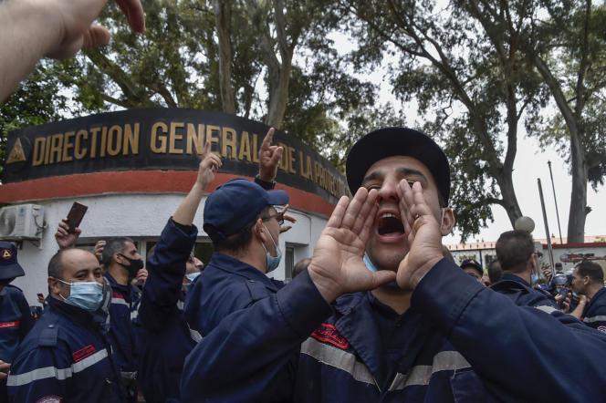 Des agents de la Protection civile manifestent à Alger, le 2mai 2021.