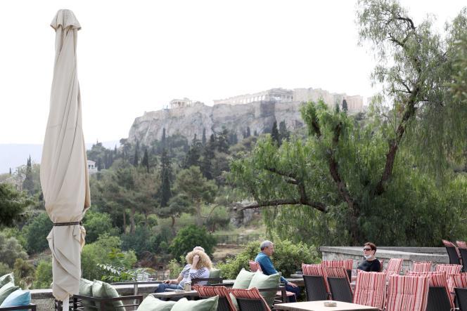 Des habitants d'Athènes assis à la terrasse d'un café, lundi 3 mai 2021.