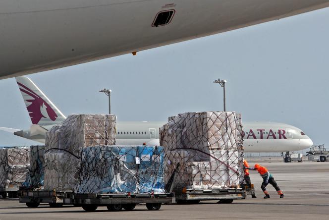 Trois cents tonnes d'aide médicale sont chargées dans des avions-cargos à destination de l'Inde, à l'aéroport international Hamad du Qatar, dans la capitale, Doha, le3mai2021.
