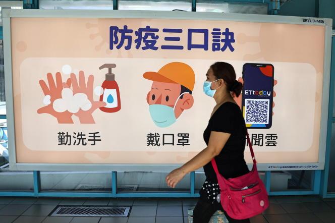 Une femme dans une station de métro à Taipei (Taïwan), le 18 novembre 2020.