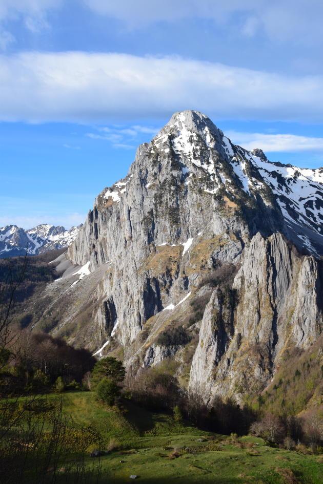 Les parois calcaires du Billare dans la montée vers le cap de la Batch et le pic d'Anie.