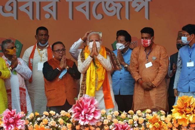 Le premier ministre indien, Narendra Modi (au centre), face à ses partisans lors d'un meeting électoral près de Siliguri, au Bengale-Occidental, le 10 avril 2021.