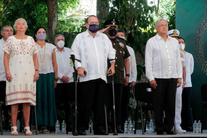 Photo publiée par la présidence mexicaine montrant le président mexicain, Andres Manuel Lopez Obrador (à droite), son homologue guatémaltèque, Alejandro Giammattei (au centre), et sa secrétaire à l'intérieur, Olga Sanchez Cordero (à gauche), lors de la cérémonie de pardon au peuple maya, à Felipe Carrillo Puerto, dans l'Etat de Quintana Roo (Mexique), le 3 mai 2021.