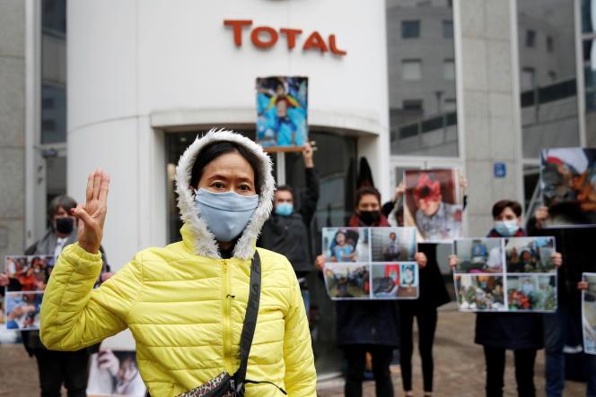 Rassemblement du mouvement Extinction Rébellion pour protester contre la junte birmane devant le siège de la compagnie Total, à La Défense (Hauts-de-Seine), le 25 mars 2021.