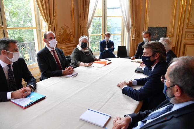 François Baroin (2e à droite), maire de Troyes et président de l'Association des maires de France, participe à une réunion avec le premier ministre français, Jean Castex (2e à gauche), et le ministre français de la santé, Olivier Veran (à gauche), sur les mesures sanitaires prises pour enrayer la pandémie de Covid-19 le 30 septembre 2020.