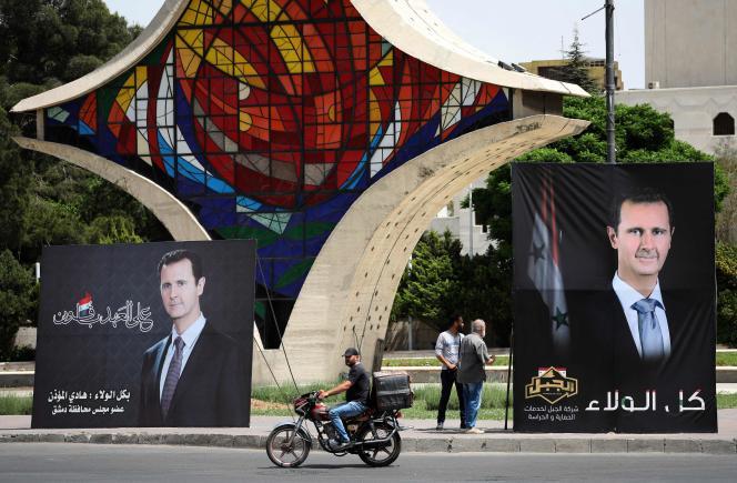 Affiches de campagne de Bachar Al-Assad dans un parc de Damas, la capitale syrienne, le 3 mai 2021.