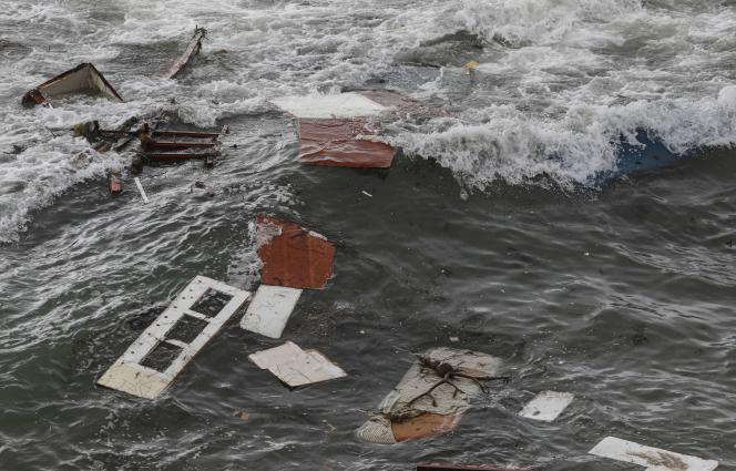 Des débris flottent à la surface de l'océan près des côtes de San Diego, après la naufrage d'un bateau de passeurs, dimanche 2 mai.