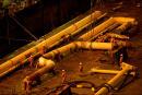Levage et pose des pipes. Projet Subsidence, plateforme de Yadana, Myanmar. Le24/02/2013. Mention importante à preciser : Photo provenant du service de presse de Total.