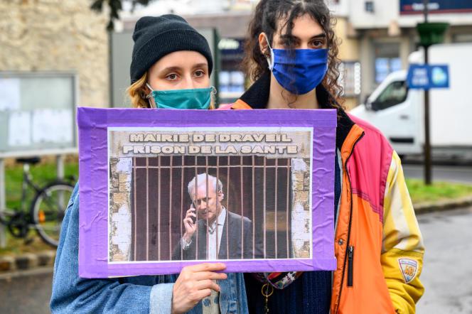 Des manifestants demandent la révocation du maire, Georges Tron, devant le centre administratif de Draveil (Essonne), le21 avril 2021.