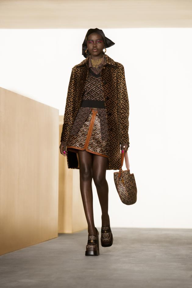 Greca de Versace est décliné dans la collection automne-hiver 2021-2022.
