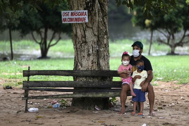 Un père et ses enfants, dans la communauté de Nossa Senhora do Livramento, à Manaus, le 3 mai.
