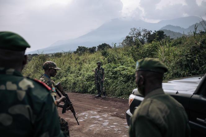Des soldats congolais patrouillent près du village de Kibumba, à quelque 25 kilomètres de Goma, au Nord-Kivu, en février 2021.