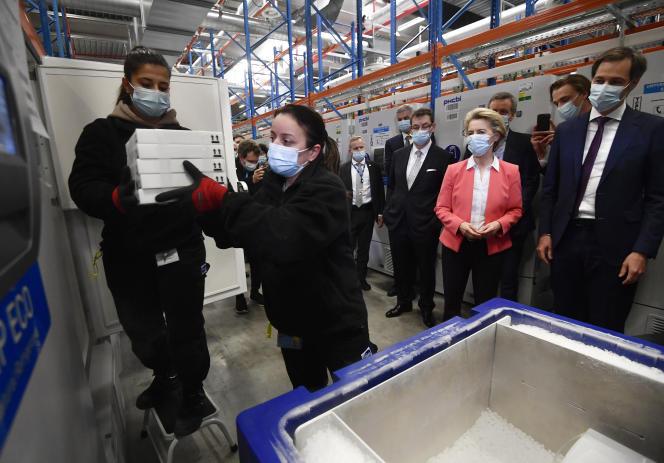 La présidente de la Commission Européenne, Ursula von der Leyen, visite de l'usine de production du vaccin Pfizer, à Puurs (Belgique), le 23 avril.